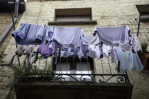 tvättade kläder hängande foto