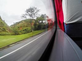 tittar på vägen genom bussfönstret foto