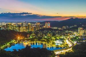 Flygfoto över Taipei stad på natten i Taiwan foto
