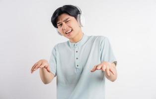 den asiatiska mannen lyssnade på musik medan han sjöng med foto