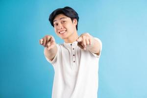den asiatiska mannen pekade framåt foto