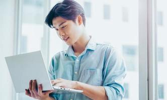 porträtt av en asiatisk manlig affärsman som arbetar uppmärksamt foto