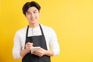 porträtt av manlig servitör håller anteckningsboken i handen för att ta ordning foto