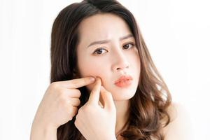 asiatisk kvinnasammanträde framför spegeln foto