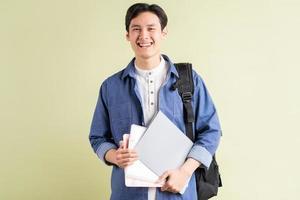 ett foto av en stilig asiatisk student med ett självsäkert utseende