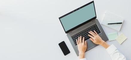 hand av asiatisk affärskvinna som använder bärbar dator för att skriva foto