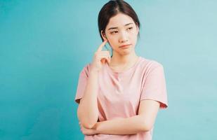 porträtt tänkande flicka på blå bakgrund foto