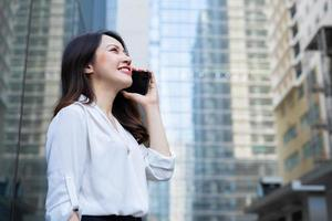 ung asiatisk kvinna som ringer till sin vän foto