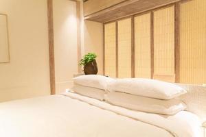vita kuddar dekoration på säng i lyxhotell resort sovrum foto