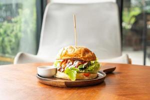 nötköttburger med ost och sås på träplattan foto