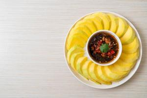 färsk grön och gyllene mango med doppning av söt fisksås - asiatisk stil foto