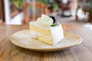 kokosnötkaka på tallriken i café och restaurang foto