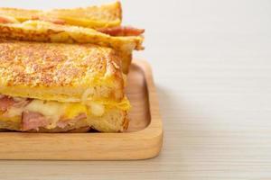 hemlagad fransk toast med skinka, bacon och ostsmörgås med ägg foto