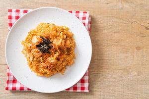 kimchi stekt ris med tång och vit sesam - koreansk matstil foto