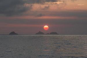 solnedgång på stranden av ipanema foto