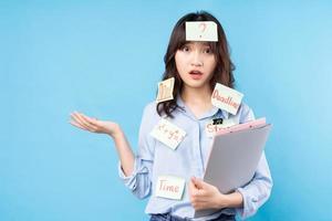 porträtt av högskolestudentflicka på bakgrund foto