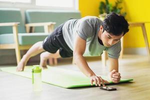 asiatisk man gör övning hemma foto