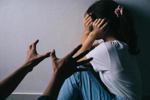 asiatisk kvinna som kramar ansiktet och gråter på grund av sin pojkväns våld foto