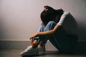den unga asiatiska flickan gråter för att hon har mycket tryck i sitt liv foto