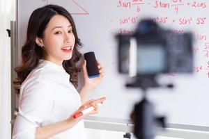 asiatiska kvinnliga lärare spelar in lektioner för online-undervisningsarbete foto