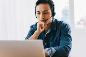 den asiatiska mannen har en online-diskussion med sina underordnade foto