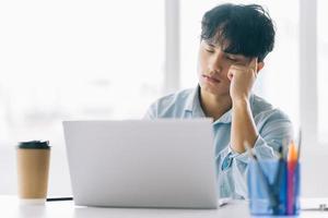 manlig personal känner sig pressad och trött på jobbet foto