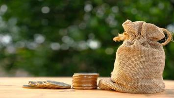 stack av mynt på bordsbakgrund och sparar pengar och koncept för affärstillväxt, finans och investering foto