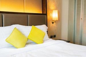 bekväm kuddedekoration på sängen i hotellrummet foto