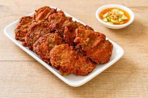 stekt fiskpasta bollar eller friterad fiskkaka - asiatisk matstil foto