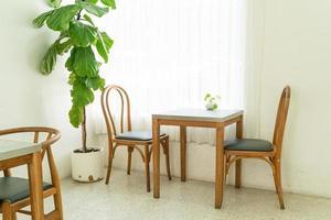 tomt bord och stol i ett kafé och kaférestaurang foto