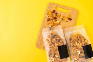 kornflingor av cashewnötter, mandel, pumpafrön och solrosfrön - hälsosam multikornmat foto