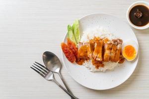krispigt magfläsk på ris med grillad röd sås foto