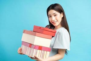 asiatisk kvinna med presentask foto