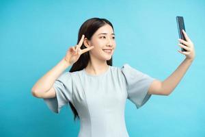 asiatisk kvinna som tar selfie foto