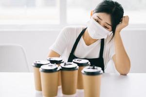 upprörd asiatisk kaféägare foto