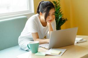 asiatisk student som studerar hemma foto