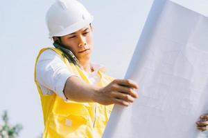 asiatisk byggnadsingenjör på byggarbetsplatsen foto