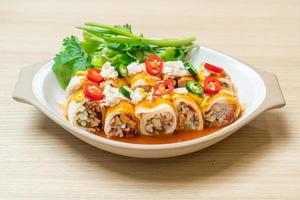 färska vårrullar med krabba och sås och grönsaker - hälsosam matstil foto
