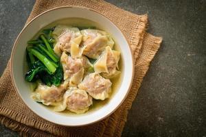 fläsk wontonsoppa eller fläskdumplingsoppa med grönsaker - asiatisk matstil foto
