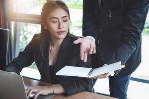 konsultation eller marknadsdata forskningskoncept, justering av marknadsföringsstrategier kvinnlig företagsägare diskuterar till en manlig marknadsanalytiker för att konsultera företagets marknadsföringsstrategi. foto