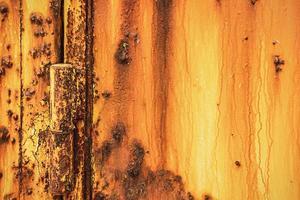 rostig dörrstruktur. abstrakt gammal rostig metallbakgrund foto