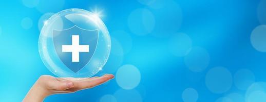 handen erbjuder medicinsk sköld med bubbla på vit bakgrund foto