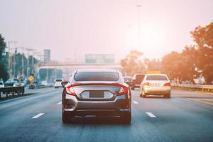 bilkörning på väg och liten personbilsäte på vägen som används för dagliga resor foto