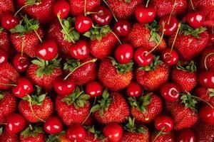 platt låg färsk bakgrund, nyplockade jordgubbar och körsbär, bakgrund med säsongens bär och frukter foto
