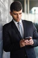 ung affärsman i telefon i en kontorsbyggnad foto