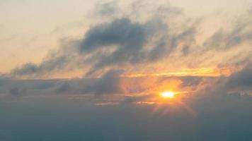 vacker orange kväll solnedgång himmel med moln, solen går ner foto