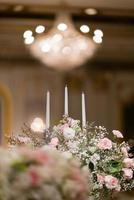 ljus i mörkret, bröllopsljus med bokeh ljus bakgrund foto