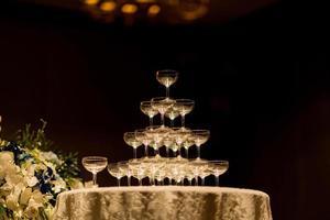 tomt vinglas med suddighetsbakgrund foto