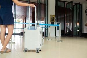 kvinna med bagage med suddighetsbakgrund, resväska foto