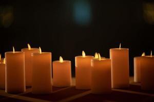 ljus i mörkret, bröllopsljus med suddighetsbakgrund foto
